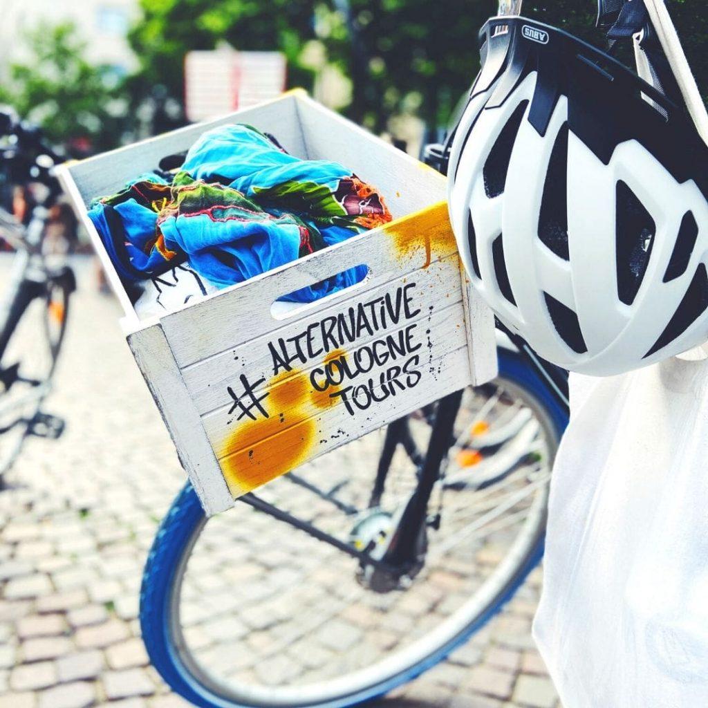 Mit Fahrrad durch Köln blauer Reifen